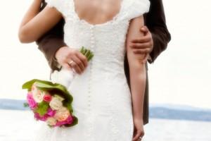 Hochzeit: Paar umarmt sich, Ring und Blumenstrauß, natürlicher Look