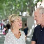 lachende ltere frau mit ihrem partner in der stadt